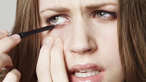 Специалисты становили, что подводка для глаз может быть опасна для зрения