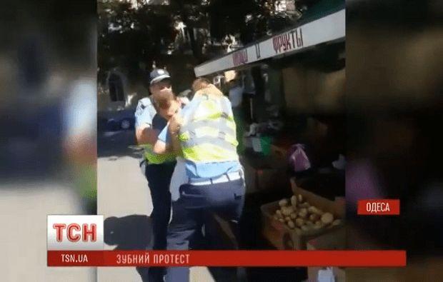 Одесский водитель решил прокусить плечо инспектору ГАИ, чтобы избежать уплаты штрафа