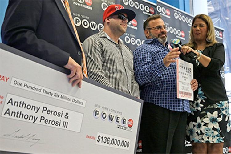 Сантехник из Нью-Йорка Энтони Пероси выиграл в лотерею Powerball 136 миллионов долларов