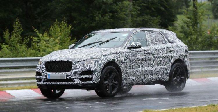 Внедорожник Jaguar F-Pace замечен с минимальным количеством камуфляжа