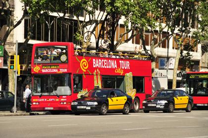 В испанской Барселоне двое туристов угнали экскурсионный автобус