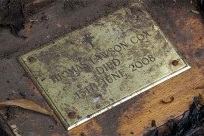 70-летний англичанин нашел в своем саду шкатулку с прахом