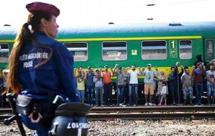 Сотни беженцев из Венгрии пуститься в путь в Австрию пешком
