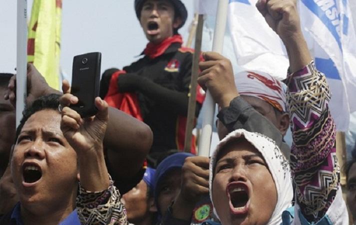 В Индонезии тысячи человек вышли на митинги, чтобы не допустить массового увольнения