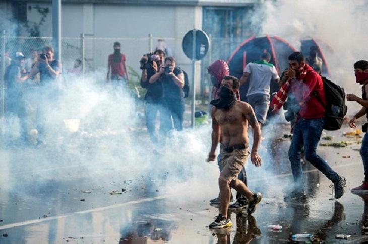 На границе Венгрии границе беженцы штурмовали правоохранителей
