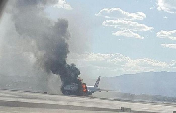 В аэропорту Лас-Вегаса во время взлета начал гореть пассажирский самолет