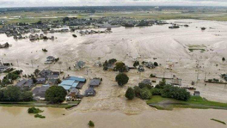 В Японии из-за сильного наводнения продолжается эвакуация жителей
