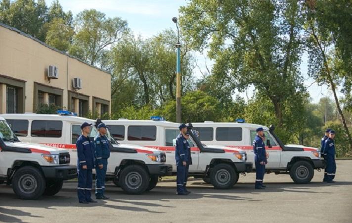 Германия презентовала Украине 12 машин скорой помощи