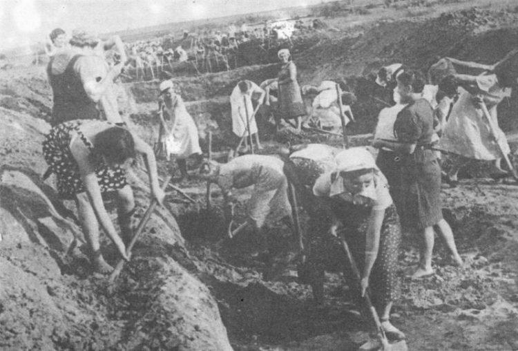 1941 Ленинградские женщины копают противотанковые рвы